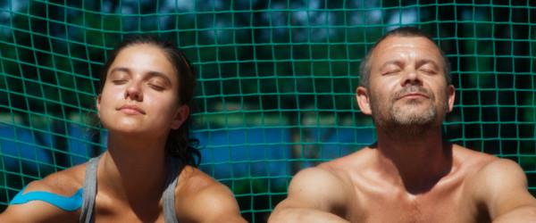 Wiktoria (Karolina Bruchnicka) i Maciej Kornet (Jacek Braciak) są córką i ojcem, którzy przemierzają Polskę, biorąc udział w prowincjonalnych turniejach tenisowych. On twardą ręką zarządza karierą dziewczyny. Ona coraz gorzej czuje się w roli przyszłej tenisistki i coraz trudniej znosi treningowy reżim ojca.