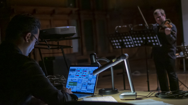 """""""Granice dawno już się zatarły i współcześni artyści z dużą swobodą poruszają się po wielu obszarach, sięgają po różne estetyki. Koncerty muzyki elektroakustycznej odbywają się na całym świecie i nic nie wskazuje na to, by ich formuła się zużyła"""" (na zdj. Mehmet Can Özer i Paweł Kukliński podczas koncertu w 2018 roku)."""