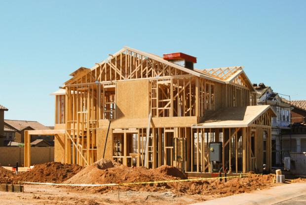 Dom w technologii lekkiego szkieletu drewnianego jest ekologiczny i postawić można go w kilka tygodni. Jego trwałość zależy od materiału wysokiej jakości, dobrego wykonawstwa przy budowie oraz dbałości o budynek w czasie użytkowania.