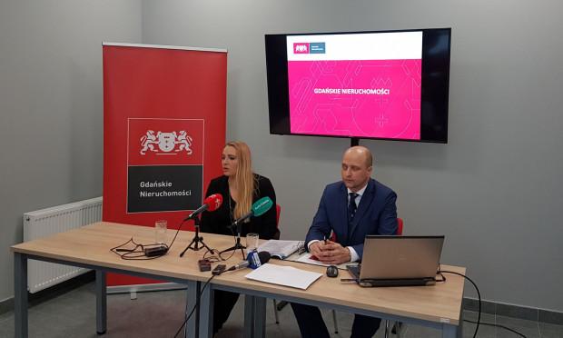 Przemysław Guzow, dyrektor Gdańskich Nieruchomości i Aleksandra Strug, rzecznik prasowy Gdańskich Nieruchomości w czasie konferencji przedstawili działania podjęte w związku z nieprawidłowościami w tej instytucji.