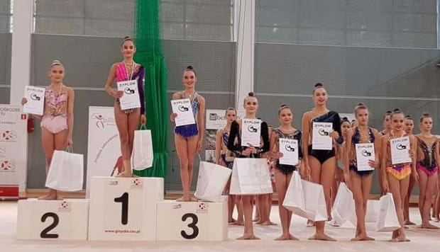 Adrianna Budnik (UKS Jantar Gdynia) na najwyższym stopniu podium w wieloboju juniorek.