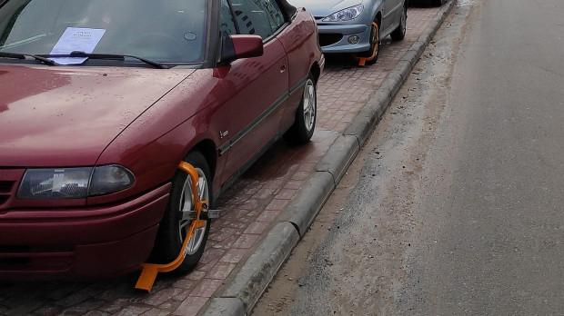 W Gdańsku nie trzeba długo szukać nieprawidłowo zaparkowanych aut. Dotychczas SM i włodarze udawali jednak, że problemu nie ma, więc kierowcy czuli się bezkarnie.