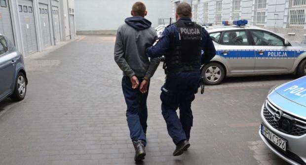 28-latek został zatrzymany. Odpowie za kradzież papierosów wartych 4,5 tys. zł oraz gotówki w kwocie 2,7 tys. zł.