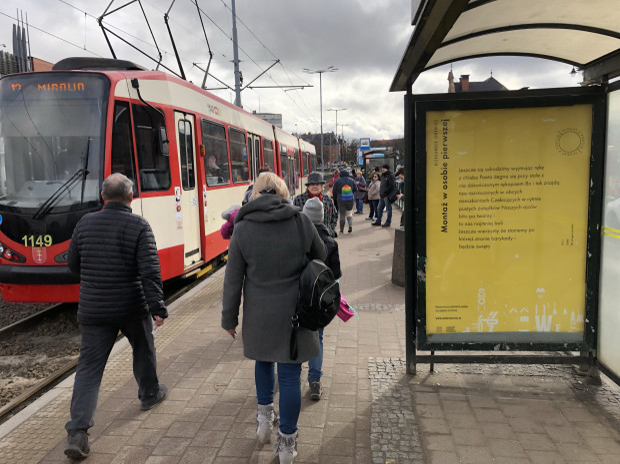 Plakaty z poezją znajdziemy m.in. na przystankach tramwajowych w Gdańsku.