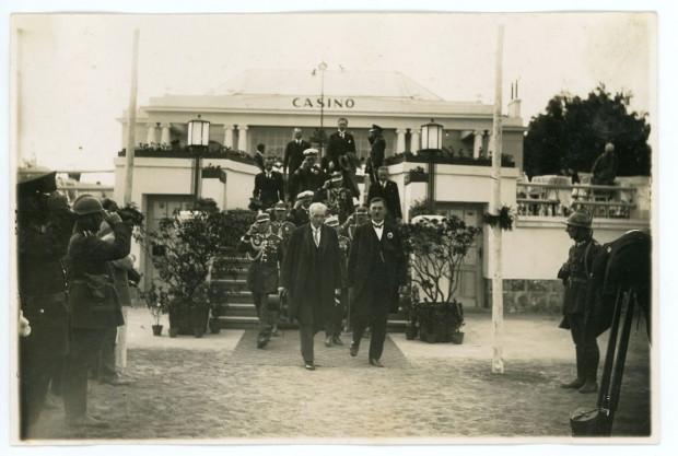 """Prezydent Ignacy Mościcki i Augustyn Krauze przed budynkiem restauracji  """"Casino"""" w Gdyni, 1927 r. Ze zbiorów Muzeum Miasta Gdyni"""