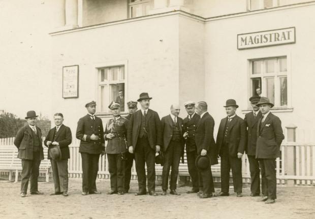 Augustyn Krauze (najwyższy w kapeluszu) z członkami Rady Miejskiej przed pierwszą siedzibą magistratu, 1927 r. Fot. Roman Morawski. Ze zbiorów Muzeum Miasta Gdyni
