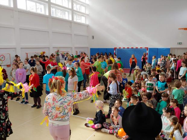 Dzieci wspólnie zatańczyły zumbę.