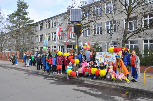Dzieci z dwóch oliwskich szkół (podstawowej z oddziałami sportowymi i specjalnej) powitały pierwszy dzień wiosny.
