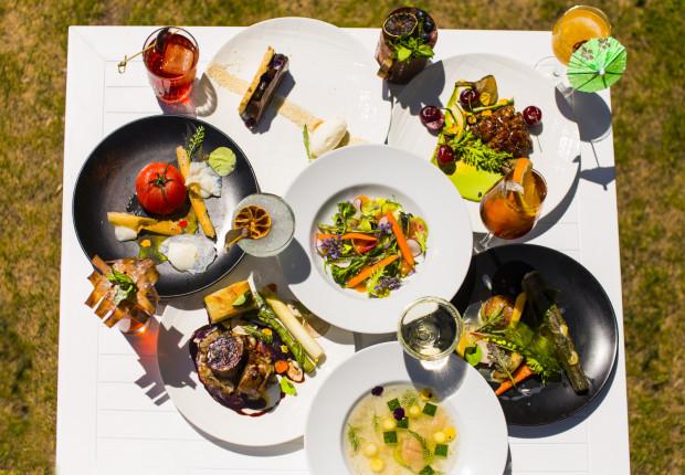 Wielodaniowe menu degustacyjne charakteryzuje się mniejszymi porcjami, ale ostatecznie w pięciu lub siedmiu daniach otrzymujemy więcej niż w jednym głównym daniu.