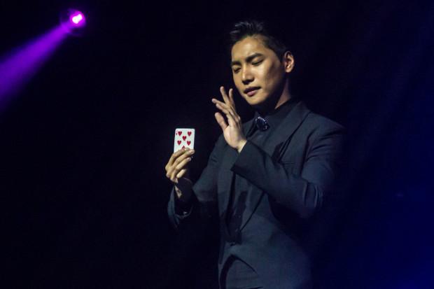 Yu Ho-Jin zauroczył widzów swoimi sztuczkami z wykorzystaniem kart i monet.