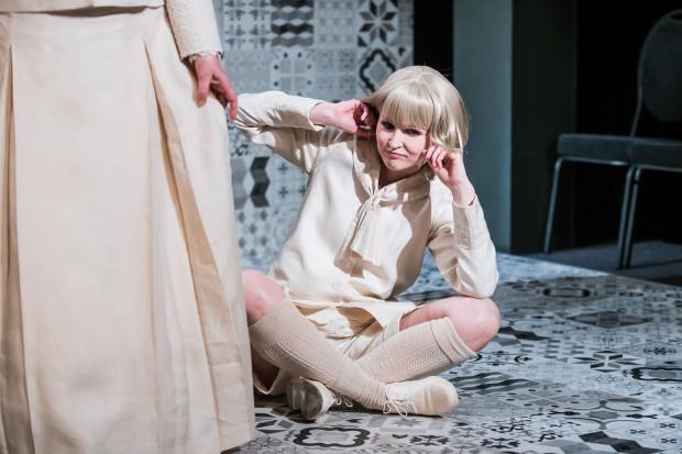 """Agnieszka Bała (na zdjęciu) upozowana została """"na pazia"""", co uzasadnione jest już w pierwszym z epizodów, gdy gra Maciulka z """"Pampelana w tubie""""."""