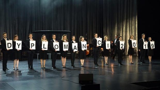 Koncert rozpoczęła zabawna piosenka-autoprezentacja wszystkich występujących dyplomantów, w której każdy zaśpiewał fragment na swój temat.