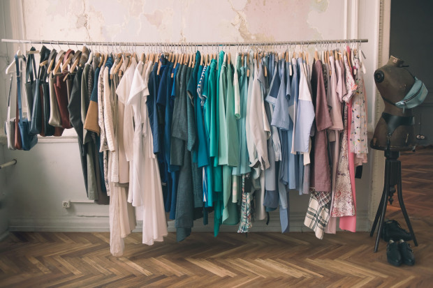 Organizując wnętrze szafy dobrze jest wprowadzić jakąś własną zasadę, np. układać ubrania wg kolorów lub fasonów.