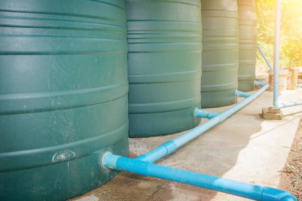W ogrodach deszczowych zgromadzona w zbiornikach woda deszczowa jest rozprowadzana bezpośrednio do roślin. Jej wykorzystanie ułatwia także wykorzystanie pompy do wody.