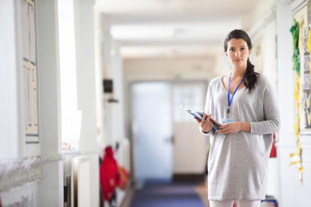 W skład średniego wynagrodzenia wliczane są też dodatki funkcyjne i motywacyjne należne nie nauczycielom, a kadrze kierowniczej - dyrektorom i wicedyrektorom szkół, za pracę nienauczycielską.