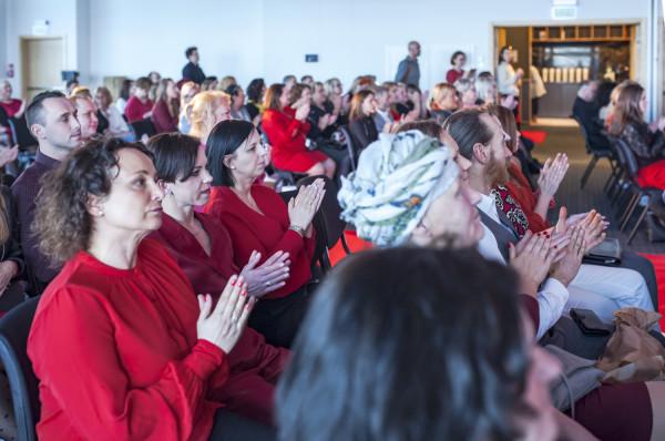 Organizatorzy nie narzucali dress code'u, ale zasugerowali, aby ubrać się na czerwono - w nawiązaniu do nazwy imprezy, bądź na różowo, bo takiego koloru jest wstążka, będąca symbolem kobiet chorujących na raka piersi. Zasiadające na widowni panie chętnie odpowiedziały na ten apel.