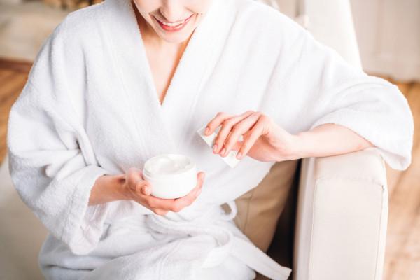 Działanie kremów nie musi ograniczać się wyłącznie do poprawy nawilżenia - taki kosmetyk może zawierać inne potrzebne konkretnej skórze składniki aktywne.