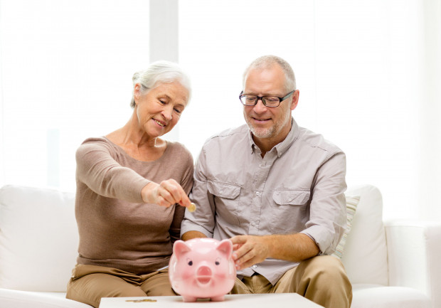 Mężczyźni zaczynali pobierać emeryturę średnio w wieku 61 lat, a kobiety w wieku 59 lat.