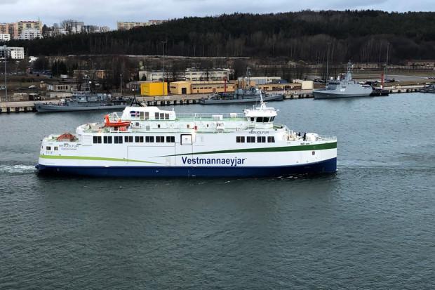 """Budowa jednostki """"Herjólfur"""" zakończyła się w grudniu 2018 roku. Jednak do dnia dzisiejszego nie została ona przekazana odbiorcy."""