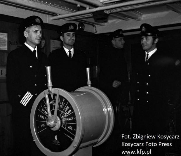 Jerzy Pszenny (pierwszy z lewej) sprowadza do Gdyni transatlantyk Stefan Batory, który wcześniej był holenderskim liniowcem Massdam.