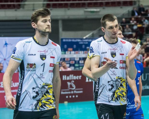 Po raz ostatni w tym sezonie w jednej drużynie zagrali Piotr Nowakowski (z lewej) i Maciej Muzaj (z prawej). Ten drugi został wybrany MVP meczu, natomiast Nowakowski prawdopodobnie przeniesie się do Onico Warszawa.