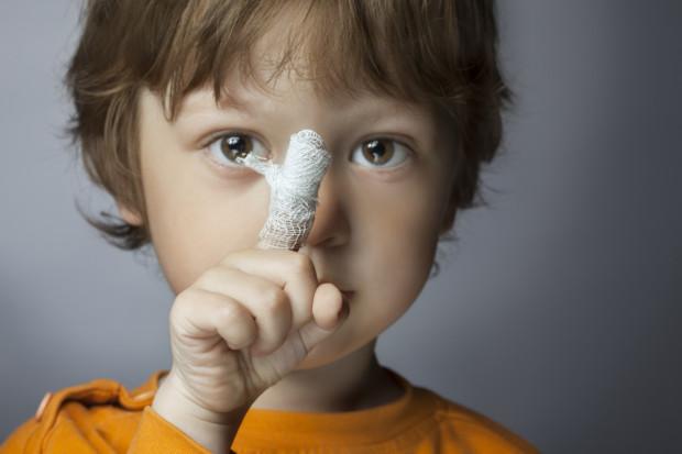 Zakrztuszenia, oparzenia, rany różnego rodzaju, użądlenia, podtopienia, zatrucia - to jedne z najczęstszych niebezpieczeństw, na jakie narażone są dzieci w każdym wieku.