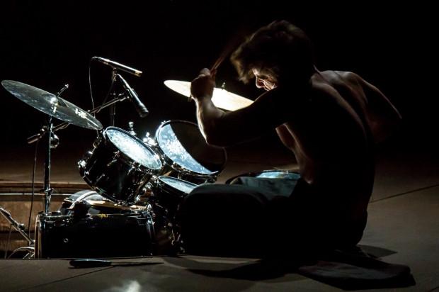 Scenograficzny minimalizm przełamuje m.in. perkusja, który służy Hipolitowi (Jakub Nosiadek) do wyrażenia tłumionych emocji.