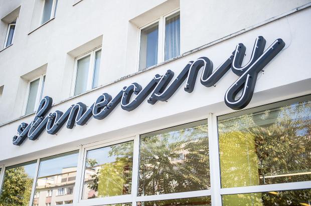 Jednym z przykładów szyldu dobrego i pasującego do modernistycznego centrum Gdyni jest - przynajmniej według autorów poradnika - neon zdobiący bar mleczny Słoneczny.