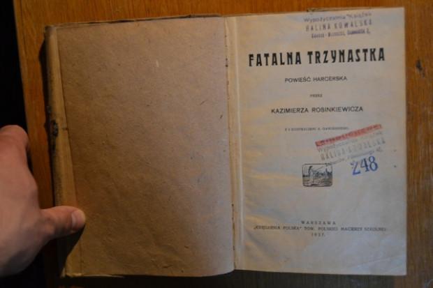 Polskie i niemieckie stemple z adresami, pod którymi funkcjonowała wypożyczalnia: najpierw w Lubartowie na Lubelszczyźnie, następnie w Gdańsku.
