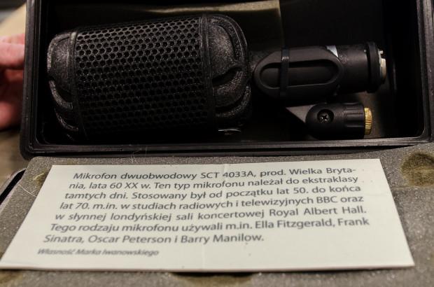 Mikrofon produkcji brytyjskiej. Z podobnego sprzętu korzystał m.in. Frank Sinatra.