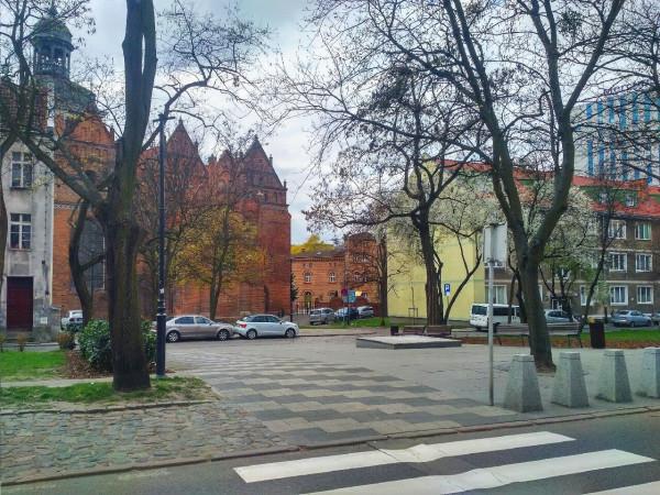 Tak dziś - już po likwidacji pomnika ks. Jankowskiego - wygląda skwer przy kościele św. Brygidy.