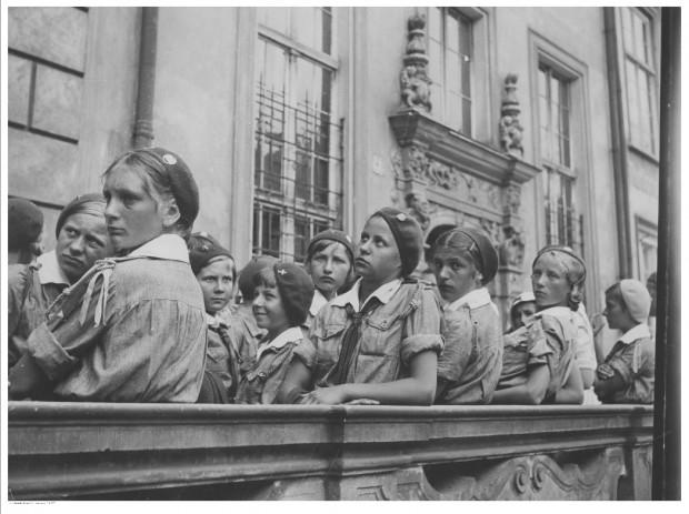Grupa polskich harcerek podczas zwiedzania Gdańska w 1934 r.