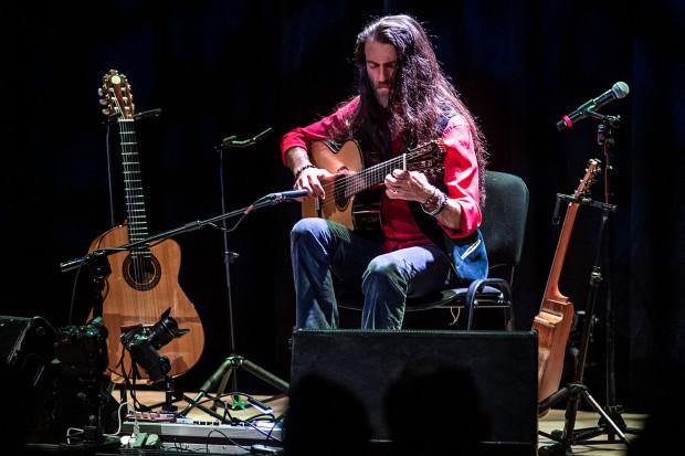Estas Tonne zaprezentował pełne spektrum barw, możliwości i technik gitarowych. Opowiadając za pomocą muzyki swoją historię bawił się tempem, fakturą, natężeniem i rejestrami - miał na scenie trzy różne gitary, które zamieniał w razie potrzeby. Wspomagał się też efektami elektronicznymi, ale robił to niezwykle subtelnie.