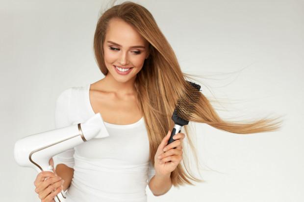 Wraz ze zmianą pór roku lub niedoborem mikroelementów możemy zauważyć wzmożone wypadanie włosów.
