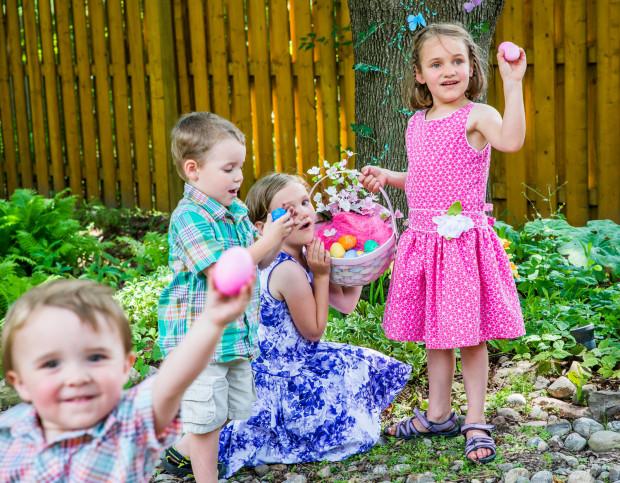 W niektórych częściach Polski znany jest zwyczaj szukania przez dzieci w świąteczną niedzielę rano prezentów od zajączka w ogrodzie.