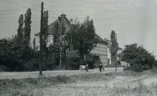 Powojenne zdjęcie (1960 r.) przedstawiające budynek, w którym działała ochronka. Ze zbiorów Muzeum Miasta Gdyni