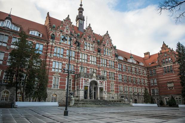 Gmach Główny Politechniki Gdańskiej. Zarówno na tym budynku, jak i innych gmachach uczelni znajdziemy wiele ornamentów o mniej lub bardziej oczywistym znaczeniu symbolicznym.