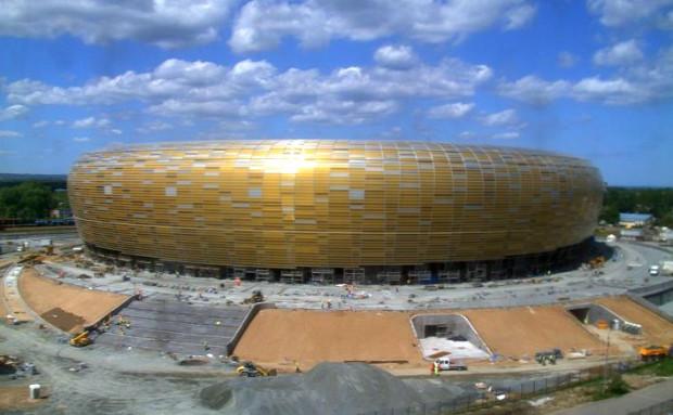 Przed stadionem i w jego wnętrzu cały czas trwają prace budowlane. Zdjęcie wykonane o godz. 13.45 przez zainstalowaną na stadionie kamerę.