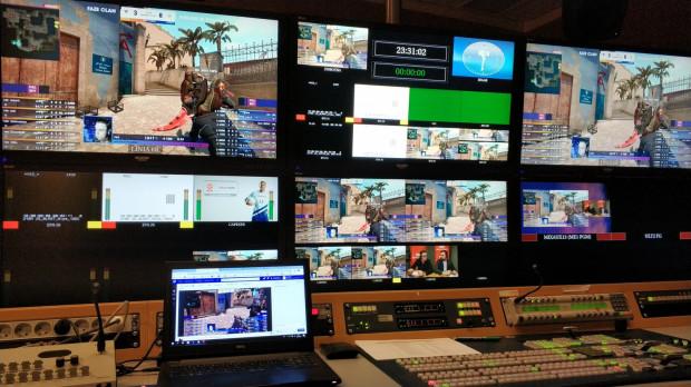 Transmisje wydarzeń e-sportowych to część pracy, którą wykonuje Jędrzej Smaruj