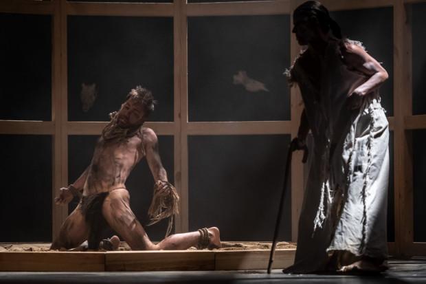 Pan wyspy - Prospero (Beata Passini, po prawej) w interpretacji Pawła Passiniego stał się męsko-żeńską hybrydą, z przesterowanym elektronicznie głosem. Kaliban (Jakub Mieszała) to prymitywny tubylec-niewolnik.