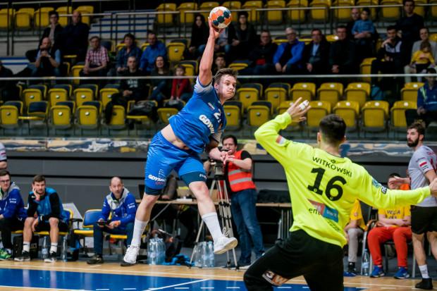Jakub Wolski (z piłką) był jednym z najlepszych strzelców Arki podczas meczu w Mielcu.