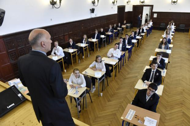 Początek matur w całym kraju odbędzie się planowo 6 maja. Pierwszy egzamin z języka polskiego na poziomie podstawowym rozpoczyna się tego dnia o godz. 9.