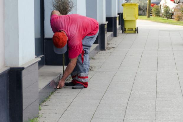 Za utrzymanie porządku na chodniku przed nieruchomością odpowiada ta osoba, która faktycznie ją użytkuje.
