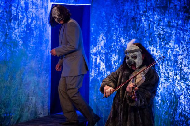 """Rodzinę Śniącego Chłopca """"nawiedza"""" grupa oprawców w maskach upiornych klaunów. Na zdjęciu Jadwiga Sankowska (po prawej) i Piotr Srebrowski."""