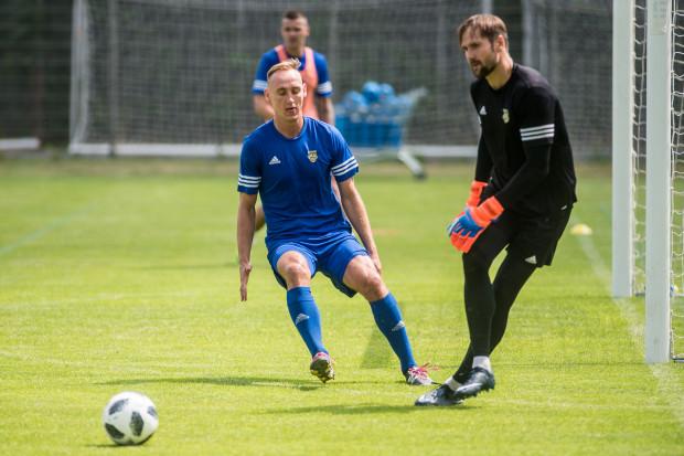 Pavels Steinbors (z prawej) nie dał się pokonać w Kielcach ani razu, a Adam Marciniak (z lewej) ustalił wygraną Arki Gdynia nad Koroną na 2:0.