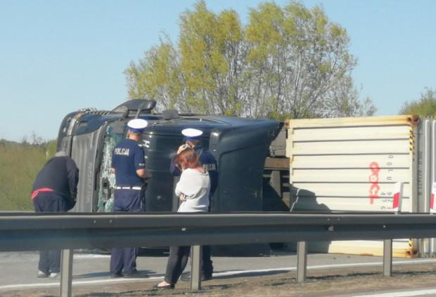 Kierowcy ciężarówki udało się wyjść z pojazdu o własnych siłach. Wciąż trwają utrudnienia na obwodnicy w kierunku autostrady A1.