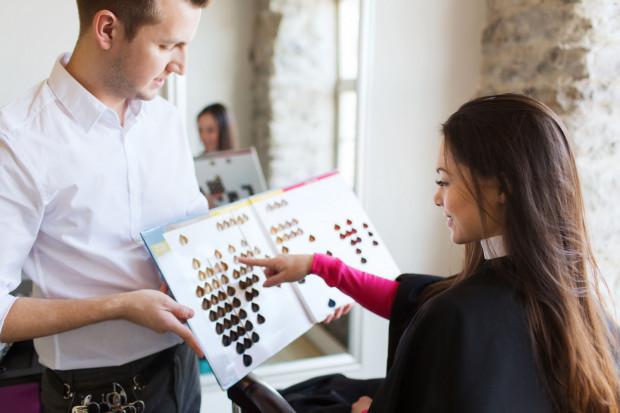 Kobiety wiedzą, że niemożliwe są pewne koloryzacje, ponieważ włosy różnią się gęstością, strukturą, stopniem zniszczenia a przede wszystkim kolorem i pigmentami znajdującymi się wewnątrz.