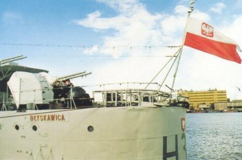 Bandera Marynarki Wojennej na ORP Błyskawica.
