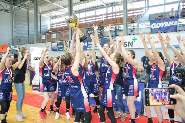 Koszykarki GTK Arki z pucharem za mistrzostwo Polsku U-18.