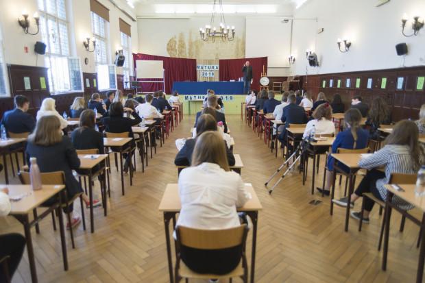 W niektórych szkołach matury odbywają się z opóźnieniem.